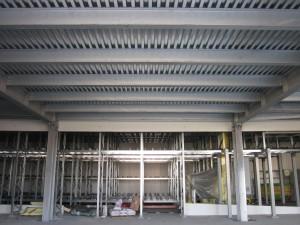 Vista del solaio in lamiera grecata con travi in acciaio principali e secondarie