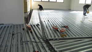 Fasi di lavorazione sul solaio in lamiera grecata - Tecnaria