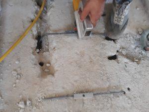 Esempio di rinforzo travi con GTS_serraggio staffe con GTS per mezzo di pompa oleodinamcia (vista estradossale)